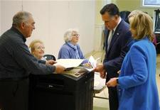 Il candidato repubblicano alla Casa Bianca Mitt Romney e la moglie Ann al loro seggio elettorale a Belmont, Massachusetts, 6 novembre 2012. REUTERS/Brian Snyder