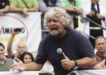Beppe Grillo in un comizio a Termini Imerese, 22 ottobre 2012. REUTERS/Massimo Barbanera