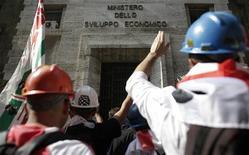 Lavoratori dell'Alcoa a rischio occupazione protestano davanti al ministero dello Sviluppo economico, Roma, 10 settembre 2012. REUTERS/Tony Gentile