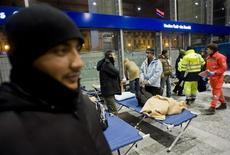 Un gruppo di senza casa aiutati dalla Protezione civile alla stazione di Porta Nuova a Torino, 10 febbraio 2012. REUTERS/Giorgio Perottino
