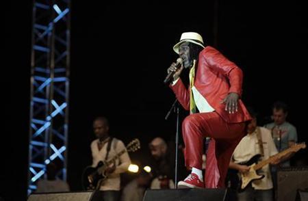 Ivorian reggae star Alpha Blondy performs during his concert in Abidjan November 4, 2012. REUTERS/Thierry Gouegnon