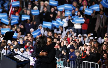First lady Michelle Obama hugs U.S. President Barack Obama on last night of campaigning while in Des Moines, Iowa, November 5, 2012. REUTERS/Larry Downing