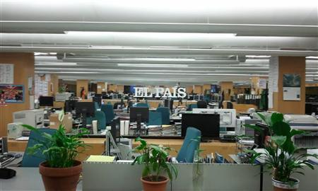 The newsroom of El Pais newspaper is seen empty during a strike in Madrid November 6, 2012. Staff at one of Spain's most-read newspapers, El Pais, started a three-day strike on Tuesday in protest over a management plan to cut a third of the workforce to keep the title afloat as advertising income plummets in a deep recession. REUTERS/Comit de Empresa de Ediciones El Pais/ Handout