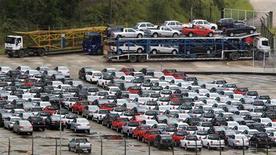 Carros novos estacionados em área de estoque de planta da Volkswagen em São Bernando do Campo, São Paulo. As vendas de veículos novos no Brasil bateram recorde para o mês de outubro, avançando 18,6 por cento sobre setembro e 21,8 por cento na comparação com o mesmo período de 2011, divulgou nesta terça-feira a associação de concessionárias, Fenabrave. 02/03/2011 REUTERS/Paulo Whitaker