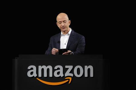 Amazon CEO Jeff Bezos demonstrates the Kindle Paperwhite during Amazon's Kindle Fire event in Santa Monica, California September 6, 2012. REUTERS/Gus Ruelas