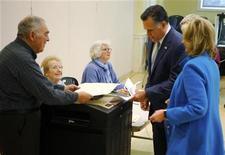 O candidato Republicano à presidência dos EUA, Mitt Romney, com sua esposa Ann a seu lado, preenche sua cédula eleitoral para a eleição presidencial em Belmont, Massachusetts. 6/11/2012 REUTERS/Brian Snyder