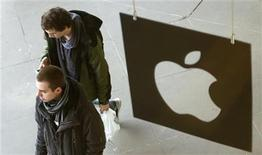 Customers leave the Apple store after buying iPad minis in London November 2, 2012. REUTERS/Suzanne Plunkett