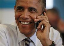 <p>El presidente estadounidense, Barack Obama, habla por telefóno con un posible voluntario para su campaña durante una visita a las oficinas de su equipo en Chicago, nov 6 2012. - El presidente estadounidense, Barack Obama, felicitó el martes a su rival republicano, Mitt Romney, por brindar una enérgica carrera por la Casa Blanca y manifestó estar confiado en que obtendrá la reelección, durante una parada en una oficina local de la campaña en la que agradeció a los voluntarios demócratas. REUTERS/Jason Reed</p>