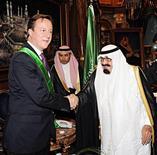 """<p>El rey Abdullah de Arabia Saudita (a la derecha en la imagen), junto al primer ministro británico, David Cameron, en Jeddah, nov 6 2012. Una salida segura de Siria del presidente Bashar al-Assad, con una posible inmunidad ante un juicio en su contra, """"podría ser acordada"""" si esto pone fin al cada vez más sangriento conflicto en el país de Oriente Medio, dijo el martes el primer ministro británico, David Cameron, antes de una visita a Arabia Saudita. REUTERS/Saudi Press Agency/Handout Imagen para uso no comercial, ni ventas, ni archivos. Solo para uso editorial. No para su venta en marketing o campañas publicitarias. Esta imagen fue entregada por un tercero y es distribuida, exactamente como fue recibida por Reuters, como un servicio para clientes.</p>"""