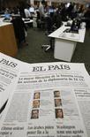 Los periodistas y la plantilla del diario El País, buque insignia del grupo de medios español Prisa, iniciaron el martes una huelga de tres días para protestar contra el plan de la empresa de suprimir el 30 por ciento de la plantilla por la crisis que atraviesa el sector de la prensa escrita en España. En la imagen de archivo, ejemplares de EL País en su redacción, el 29 de noviembre de 2010. REUTERS/Juan Medina