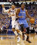 Oklahoma City Thunder forward Kevin Durant and Dallas Mavericks forward Shawn Marion collide during the second half of their NBA Western Conference quarter-final playoff basketball game in Dallas, Texas May 5, 2012. REUTERS/Mike Stone
