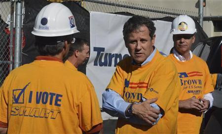 Democratic U.S. Senator Sherrod Brown (C) talks to workers at a campaign event in Columbus, Ohio, October 24, 2012. REUTERS/Nick Carey