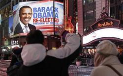 Norte-americanos comemoram na Times Square, em Nova York, após a projeção de que o presidente dos Estados Unidos, Barack Obama, foi reeleito para um novo mandato, na noite de terça-feira. 06/11/2012 REUTERS/Carlo Allegri