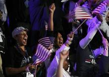 Los estadounidenses fueron a las urnas el martes para elegir quién será su nuevo presidente, pero será el Colegio Electoral, no el sufragio popular, el que finalmente elegirá al próximo mandatario del país. En la imagen, partidarios de Obama celebra la victoria del presidente, el 7 de noviembre en Chicago. REUTERS/Jim Bourg
