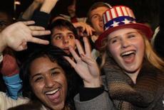 """Barack Obama ha ganado la reelección, pero no tendrá tiempo para festejarlo, ya que deberá lidiar casi de inmediato con el llamado """"abismo fiscal"""", una mezcla de alzas de impuestos y recortes de gastos que restarían unos 600.000 millones de dólares a la economía estadounidense si el Congreso no toma medidas. En la imagen, partidarios del pesidente Obama celebran su victoria junto a la Casa Blanca, el 6 de noviembre de 2012. REUTERS/Yuri Gripas"""