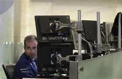 Un operatore lavora davanti agli schermi. REUTERS/Brendan McDermid