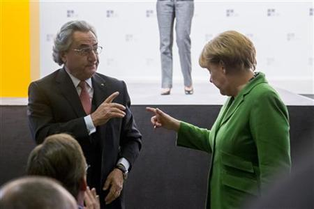 Dieter Hundt (L), head of Confederation of German Employers' Association (BDA) talks to German Chancellor Angela Merkel after her speech at the BDA annual meeting in Berlin October 16, 2012. REUTERS/Thomas Peter