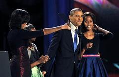 Il presidente Usa barack Obama sul palco del suo quartier generale a Chicago con la moglie Michelle e le figlie Sasha e Malia festeggia la sua rielezione per un secondo mandato alla Casa Bianca. REUTERS/Jim Bourg