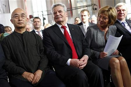 Chinese writer Liao Yiwu sits next to German President Joachim Gauck and Gauck's partner Daniela Schadt (L-R) before receiving the Peace Prize of the German Book Trade during a ceremony in Frankfurt October 14, 2012. TREUTERS/Kai Pfaffenbach