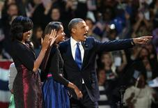 Il presidente Usa Barack Obama festeggia la rielezione alla Casa Bianca con la moglie Michelle e le figlie Malia (davanti in gonna blu) e Sasha (dietro in gonna verde) sul palco del suo quartier generale a Chicago davanti ai suoi sostenitori. REUTERS/Philip Andrews