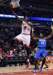 Chicago Bulls dominó el comienzo del último cuarto para terminar ganando a Orlando Magic por 99-93 el martes en un duelo entre dos equipos que tratan de adaptarse a jugar sin sus All Star de la temporada pasada. En la imagen, de 6 de noviembre, Luol Deng entra a canasta delante de DeQuan Jones de Orlando Magic.