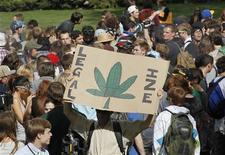 """In Colorado è passato il referendum che chiedeva di legalizzare possesso personale e vendita della marijuana per uso """"ricreativo"""". Nella foto, una manifestazione referendaria nell'aprile scorso all'Università del Colorado, a Boulder. REUTERS/Rick Wilking"""