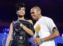 """Rihanna desveló el martes que cantará un dueto titulado """"Nobodies Business"""" con su ex novio Chris Brown, tres años después de que él fuera acusado de agredir a la intérprete. En la imagen, de archivo, los cantantes Rihanna y Chris Brown en una actuaci'on conjunta. REUTERS/Lucas Jackson/Files"""