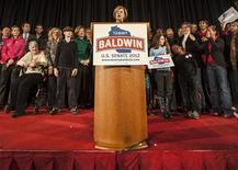 La representante demócrata de Wisconsin Tammy Baldwin hizo historia el martes al convertirse en la primera lesbiana declarada en ser elegida senadora en Estados Unidos, después de derrotar al ex gobernador Tommy Thompson en la carrera más costosa en los anales del estado por un puesto en la Cámara alta. En la imagen, la senadora Tammy Baldwin se dirige a sus seguidore en Madison el 6 de noviembre de 2012. REUTERS/Sara Stathas