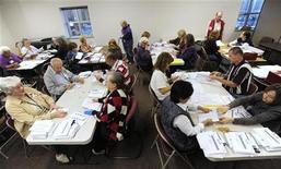 Los votantes de Colorado aprobaron el martes una iniciativa que convierte al estado en el primero de todo Estados Unidos en legalizar la posesión y venta de marihuana para uso recreativo. En la imagen, decenas de voluntarios recuentan votos en una oficina electoral en Boulder, Colorado, el 6 de noviembre de 2012. REUTERS/Mark Leffingwell