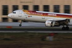 La aerolínea de bandera española Iberia, socio de British Airways en el holding IAG, ha convocado a los sindicatos para este viernes para presentarles el plan de reestructuración, dijeron fuentes sindicales. En la imagen, un avión de Iberia aterriza en Málaga el 18 de diciembre de 2011. REUTERS/Jon Nazca