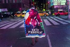 Homem deixa a Times Square depois de assistir ao discurso de vitória do presidente reeleito Barack Obama em Nova York. 07/11/2012 REUTERS/Andrew Kelly