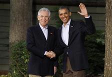 Il presidente Usa Barack Obama saluta il presidente del Consiglio Mario Monti al vertice del G8 a Camp David, Maryland, 18 maggio 2012. REUTERS/Larry Downing