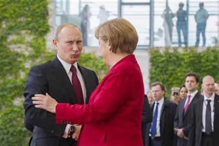 German Chancellor Angela Merkel (R) welcomes Russian President Vladimir Putin before talks at the Chancellery in Berlin, June 1, 2012. REUTERS/Thomas Peter