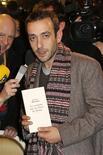 """El premio Goncourt, el más prestigioso galardón literario francés, recayó el miércoles en el escritor Jérôme Ferrari por su novela """"Le sermon sur la chute de Rome"""" (el sermón sobre la caída de Roma). En la imagen, el autor posa con su obra en el restaurante Drouant de París el 7 de noviembre de 2012. REUTERS/Benoit Tessier"""