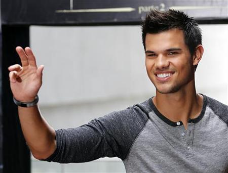 U.S. actor Taylor Lautner leaves a photocall of the film ''A saga crepusculo: Amanhecer'' (The Twilight Saga - Breaking Dawn) in Rio de Janeiro October 24, 2012. REUTERS/Sergio Moraes