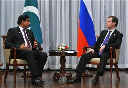 Russia's Prime Minister Dmitry Medvedev (R) meets with Pakistan's Prime Minister Raja Pervaiz Ashraf during the ASEM Summit in Vientiane, November 5, 2012. REUTERS/Alexander Astafyev/RIA Novosti/Pool