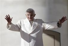 El Vaticano ha cancelado el viaje de una delegación de alto nivel a Siria para promover el fin del conflicto ante el deterioro de la situación en el país. En la imagen, el Papa saluda a los fieles en la plaza de San Pedro del Vaticano el 7 de noviembre de 2012. REUTERS/Tony Gentile