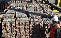 <p>Imagen de archivo de un trabajador durante la revisión de unas barras de cobre al interior de la refinería Ventanas en Ventanas, Chile, abr 16 2012. Chile anotó un leve superávit comercial en octubre, su primer saldo positivo en cuatro meses, debido a un repunte de los envíos de cobre que contrarrestó el dinamismo de importaciones récord ante una vigorosa demanda interna. REUTERS/Eliseo Fernandez</p>