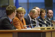 La canciller alemana, Angela Merkel, hizo el miércoles un llamamiento a sus colegas europeos para acordar un plan concreto y ambicioso hacia una mayor integración fiscal y económica el próximo mes que pueda ser puesto en práctica en el plazo de dos o tres años. Imagen de Merkel en su intervención ante los partidos políticos del Parlamento Europeo en Bruselas el 7 de noviembre. REUTERS/Eric Vidal