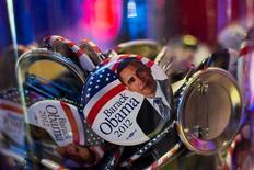 La reelección del presidente Barack Obama abre camino para que EEUU y Europa emprendan conversaciones comerciales a principios del año que viene, según dijo el miércoles el jefe comercial de la UE. En la imagen, chapas con la cara del presidente de EEUU, Barack Obama, en un jarrón de cristal durante la noche electoral de EEUU en la presentación de la cooperación de medios de Bertelsmann en Berlín, el 6 de noviembre de 2012. REUTERS/Thomas Peter