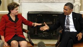 Presidente dos Estados Unidos Barack Obama cumprimenta Dilma Rousseff na Sala Oval da Casa Branca, em Washington. A presidente Dilma Rousseff parabenizou nesta quarta-feira o presidente dos Estados Unidos, Barack Obama, por sua reeleição após uma acirrada disputa pela Casa Branca. Foto de Arquivo. 09/04/2012 REUTERS/Kevin Lamarque
