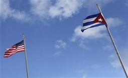 <p>Imagen de archivo de una bandera de Estados Unidos (a la izquierda en la fotografía), junto a otra cubana en el barrio Pequeña Habana en Miami, ene 26 2012. Los cubanos dejaron escapar el miércoles un suspiro colectivo de alivio por la reelección del presidente Barack Obama en Estados Unidos, y manifestaron su esperanza de que aún pueda impulsar un cambio en la política de su país hacia Cuba que muchos esperaban después de haber ganado su primer mandato en el 2008. REUTERS/Shannon Stapleton</p>