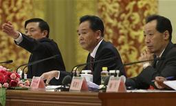 Cai Mingzhao (C), porta-voz do 18th Congresso Nacional do Partido Comunista da China (PC) se prepara para perguntas de jornalistas em coletiva antes do Congresso, em Pequim. 07/11/2012 REUTERS/China Daily