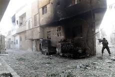 Los rebeldes sirios dispararon morteros el miércoles sobre el palacio del presidente Bashar el Asad en Damasco, aunque erraron el blanco, en un ataque que subraya la creciente audacia de las fuerzas que luchan por poner fin a los 42 años de gobierno de la familia Asad. En la imagen del 6 de noviembre facilitada por la agencia oficial de noticias SANA se puede ver a un combatiente leal a Asad en el distrito de Harsta, cerca de Damasco. REUTERS/SANA