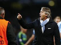 """El entrenador del Manchester City, Roberto Mancini, está descubriendo que el refrán """"el dinero no da la felicidad"""" se puede aplicar a su trayectoria europea después de que el empate 2-2 en casa contra el Ajax de Ámsterdam diera al traste con sus esperanzas en la Liga de Campeones. En la imagen, Roberto Mancini (derecha) gesticula tras el partido del Manchester City contra el Ajax del martes. REUTERS/Darren Staples"""