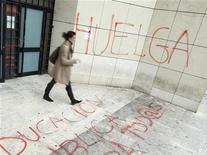 A una semana de una huelga general en España, dos de los sindicatos con mayor representación entre los empleados públicos y funcionarios se enfrentaron el miércoles en torno a la adhesión al paro. En la imagn del 18 de octubre, una mujer sale de un edificio de la Universidad de Burgos durante un paro en la educación. REUTERS/Félix Ordóñez