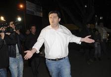 Экс-глава МВД Грузии Бачо Ахалая возле здания прокуратуры в Тбилиси, 6 ноября 2012 года. Новое правительство Грузии задержало трех высокопоставленных чиновников, в том числе бывшего министра обороны и внутренних дел по подозрению в злоупотреблении должностными полномочиями при общении с подчиненными, за что им грозит до 8 лет тюрьмы. Это первая подобная мера в отношении членов бывшей администрации Михаила Саакашвили. REUTERS/Irakli Gedenidze