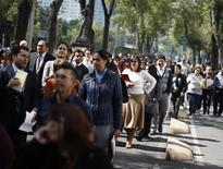 Office workers gather on Paseo de la Reforma avenue, after being evacuated from the Senate building, after an earthquake in Mexico City November 7, 2012. REUTERS/Tomas Bravo