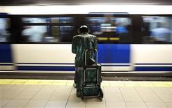 El Ministerio de Fomento dijo el miércoles que ha llegado a un acuerdo con los dos mayores sindicatos para unos servicios mínimos de transporte para la huelga general del 14 de noviembre del 30 por ciento en trenes de cercanías. En la imagen del pasado mes de septiembre se puede ver a un hombre vestido de estatua humana en una estación de metro en Madrid durante la huelga en el suburbano de la capital española. REUTERS/Susana Vera