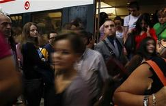 El Ministerio de Fomento dijo el miércoles que ha llegado a un acuerdo con los dos mayores sindicatos para unos servicios mínimos de transporte para la huelga general del 14 de noviembre del 30 por ciento en trenes de cercanías. Imagen de unos pasajeros en la estación en Atocha, en Madrid, durante la huelga del 17 de septiembre en el servicio ferroviario. REUTERS/Susana Vera